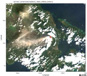 「しきさい」による2018年1月23日2時頃(世界時)のフィリピン、マヨン火山の観測画像(赤・緑・青波長の250m観測データで作成したRGB画像)(赤三角がマヨン火山の山頂付近)