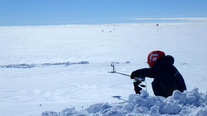 雪面の反射率を測定する様子(測定者:庭野主任研究官)