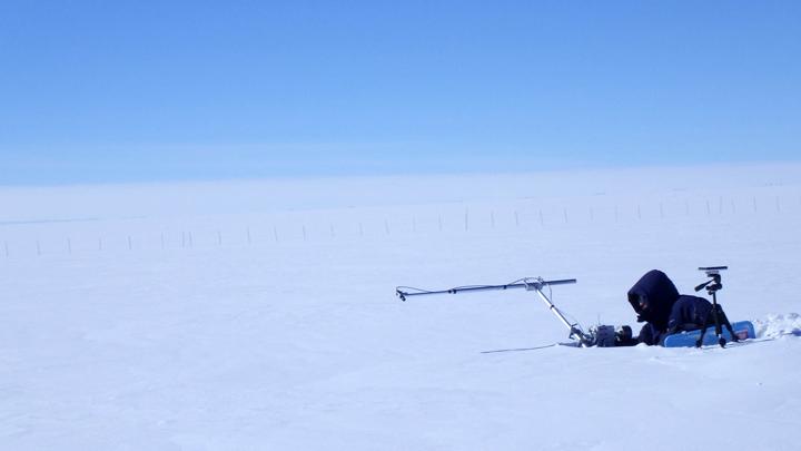雪面の反射率を方向・角度別に測定する様子(測定者:島田研究開発員)